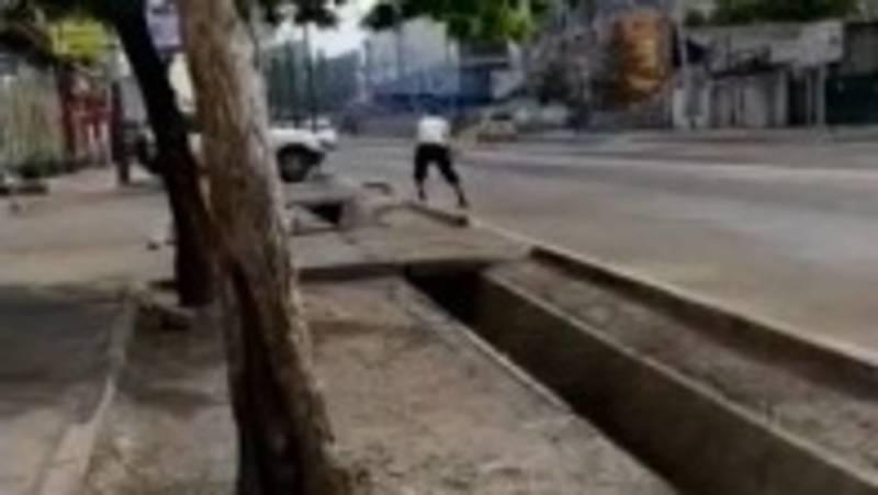 В отношении нарушителя, ломавшего кувалдой бордюр на ул.Кулиева, составлен протокол, - мэрия