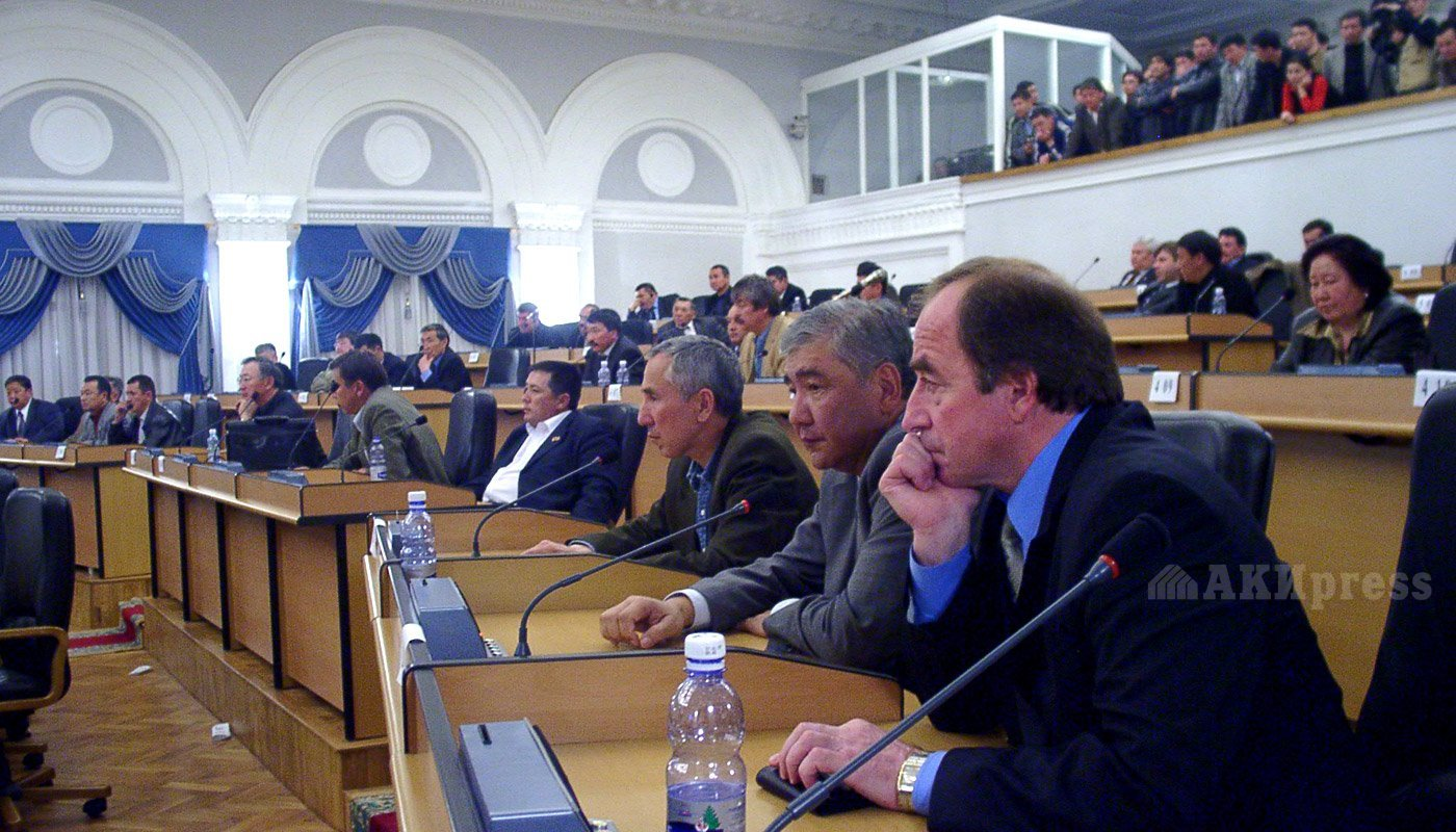 24 марта 2005 года. Жогорку Кенеш. Хаджимурат Коркмазов, Айдар Керимкулов / Фото АКИpress