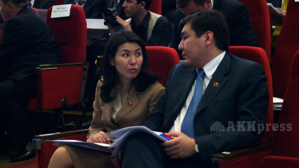 Депутаты Бермет Акаева и Айдар Акаев на заседании в Жогорку Кенеше. Март 2005 года