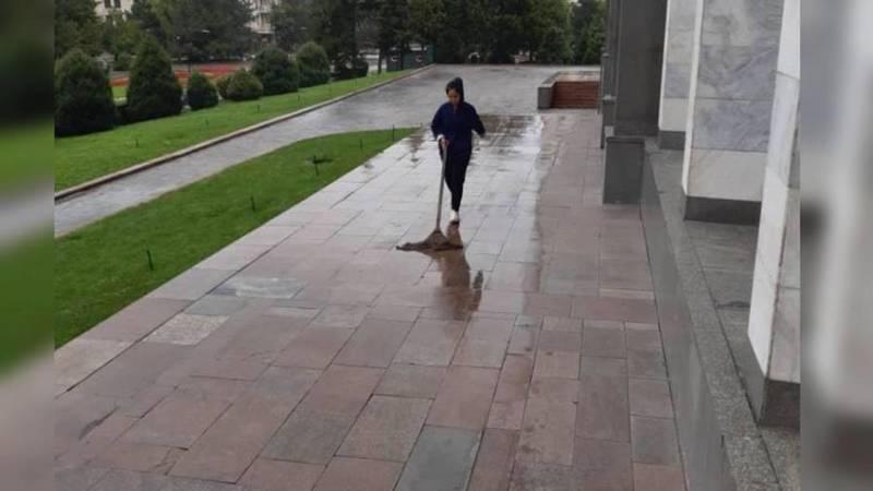 Дворники филармонии очистили территорию от мусора и голубиного помета