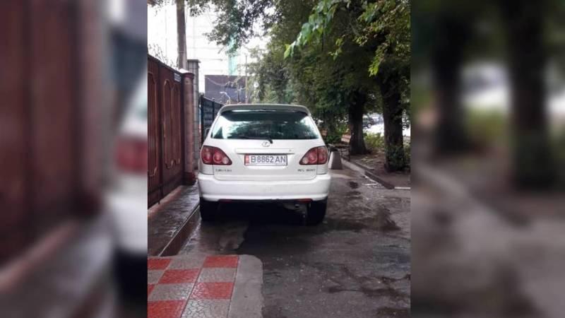 Lexus припарковался на тротуаре на ул.Элебаева