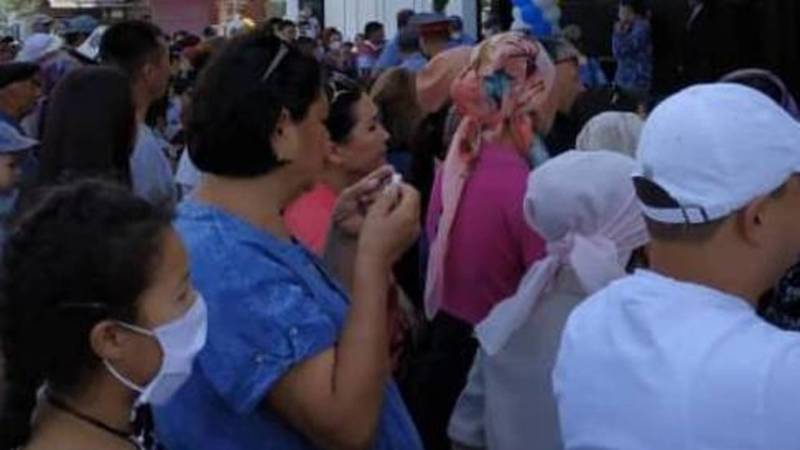 На открытие торгового центра в Таласе во время пандемии собралось большое количество людей. Фото
