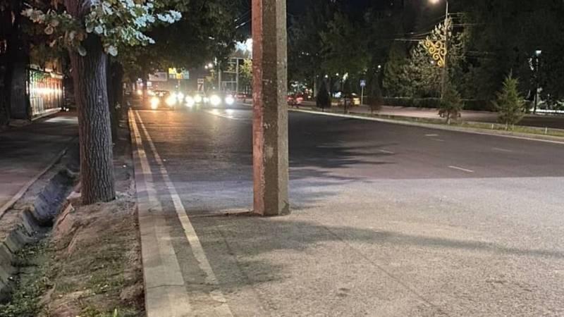 На Чуй-Суюмбаева бетонный столб стоит на дороге