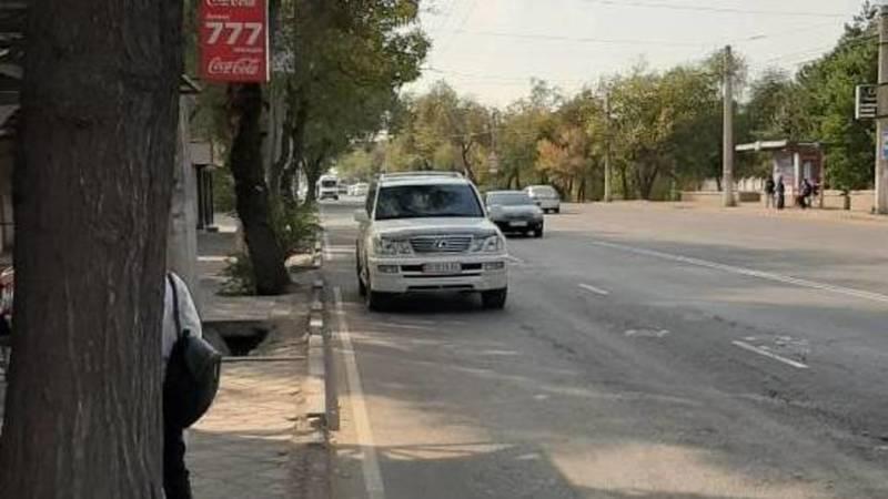 Женщина оставила свой Lexus LX 470 в неположенном месте и ушла в магазин, - очевидец