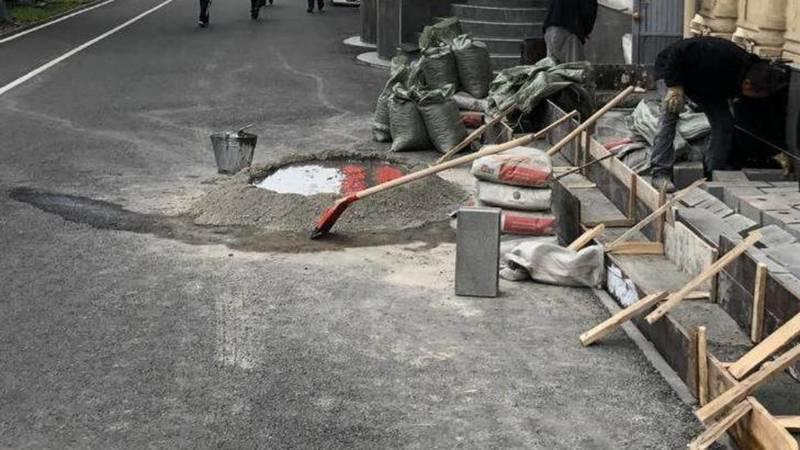 Работники кафе «Восточка» делают цементный раствор прямо на новом тротуаре, - очевидец