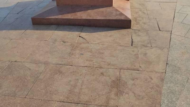 Горожанин жалуется на грязь и мусор на площади Победы. Фото
