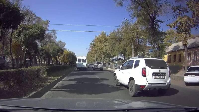 На Жибек Жолу бусик не пропустил пешехода на зебре, а затем повернул со второй линии. Видео очевидца