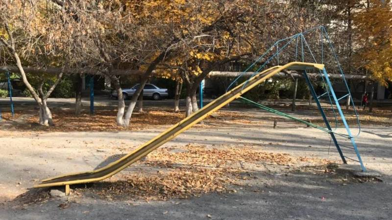 Бишкекчанка просит мэрию отремонтировать детскую площадку в мкр Аламедин-1