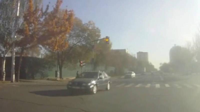 На Фрунзе «Фольксваген» дважды проехал на желтый свет светофора. Видео