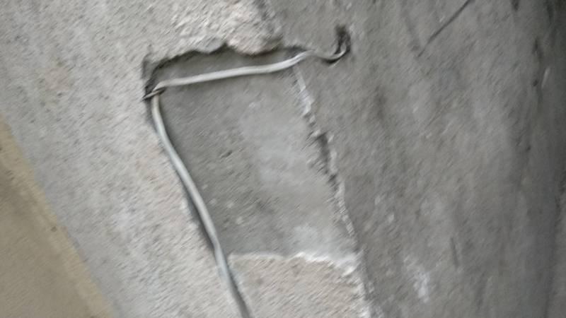 На ул.Калык Акиева электрический провод висит на видном и доступном для детей месте