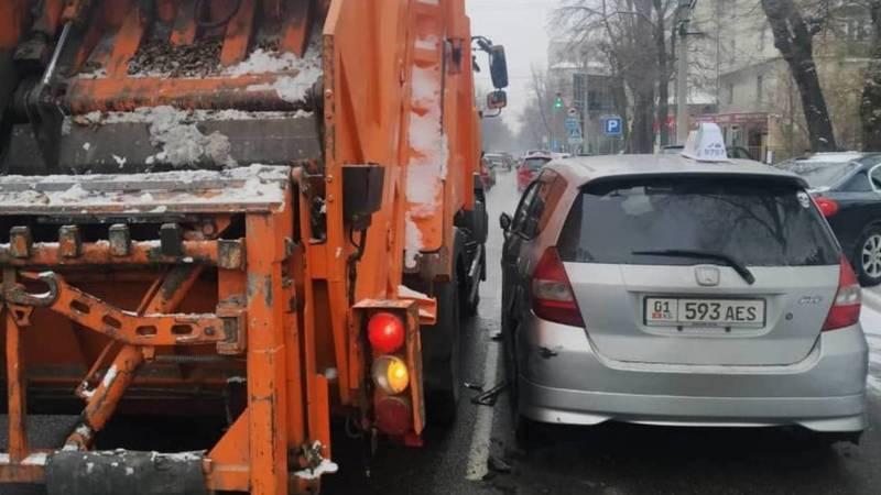 На Панфилова «Фит» столкнулся с мусоровозом, - очевидец