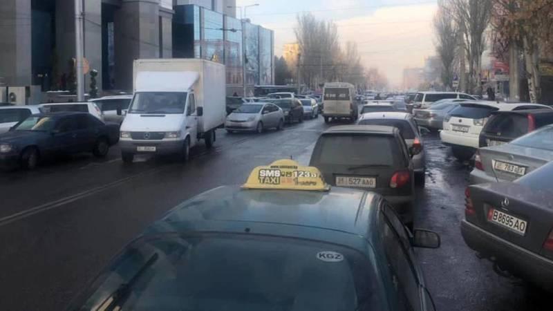 На Шопокова машины паркуют в два ряда и создают пробки, - горожанин