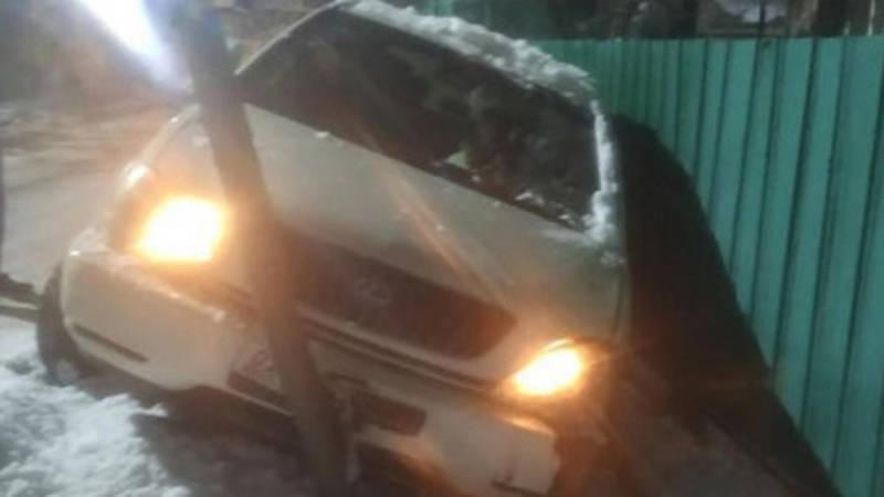Lexus RX 300 врезался в забор частного дома и снес газовые трубы, - очевидец
