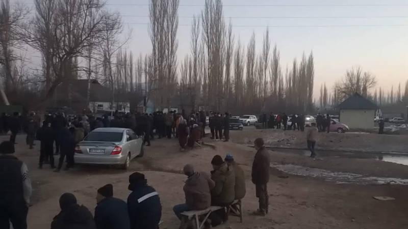 В Аксыйском районе жители села вышли на митинг и перекрыли дорогу. Видео