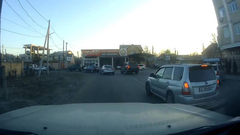 «Субару» повернул на Кулатова со среднего ряда, не включив поворотник. Видео