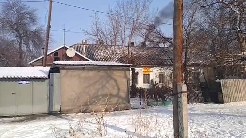 Из трубы дома на ул.Астраханской идет черный дым. Видео горожанина