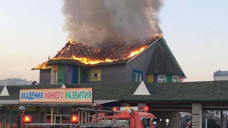 На Южной магистрали горит дом. Видео
