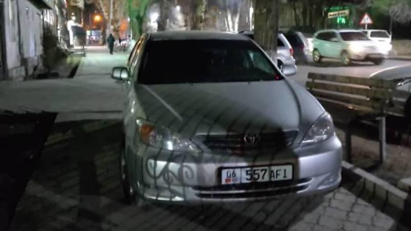 В Оше «Камри» припаркована на тротуаре
