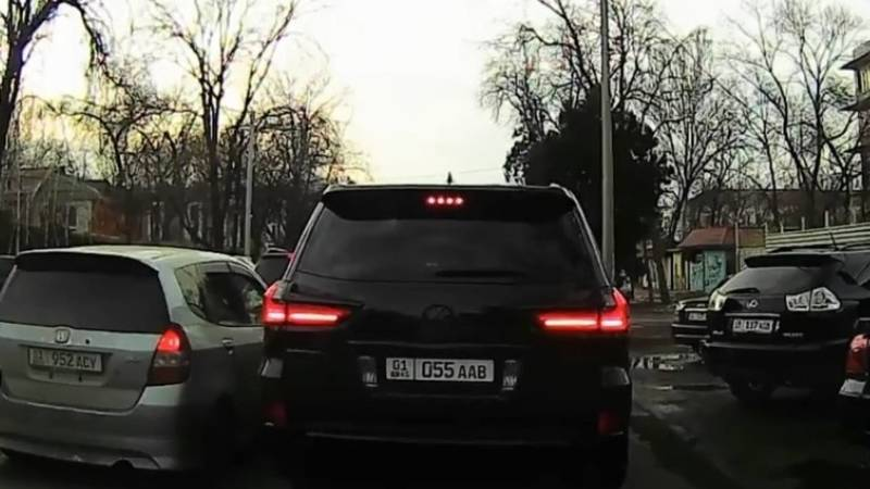 Lexus LX 570 выехал на встречку и едва не врезался в портер. Видео