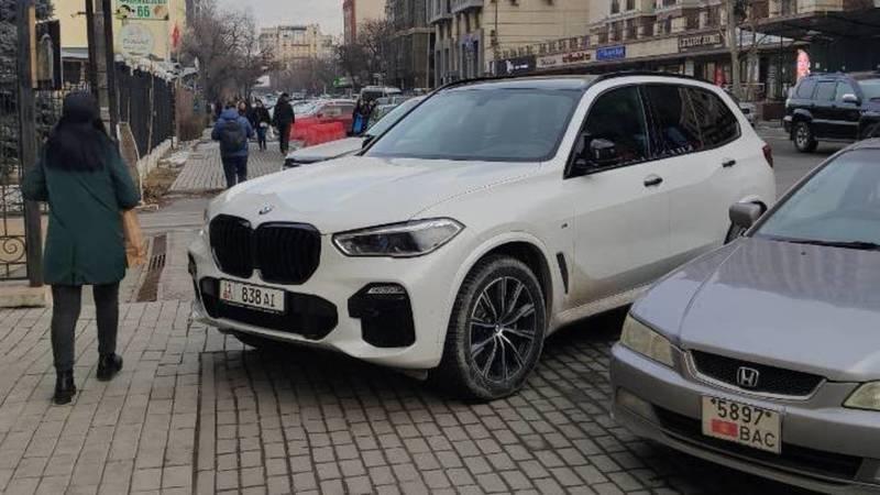 Горожанин припарковал BMW X5 на тротуаре на Токтогула. Фото