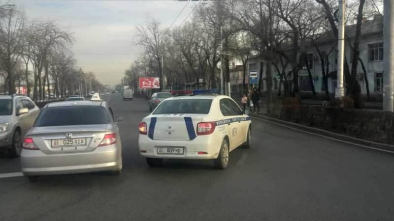Машина патрульной милиции сбила женщину в Бишкеке, - очевидец