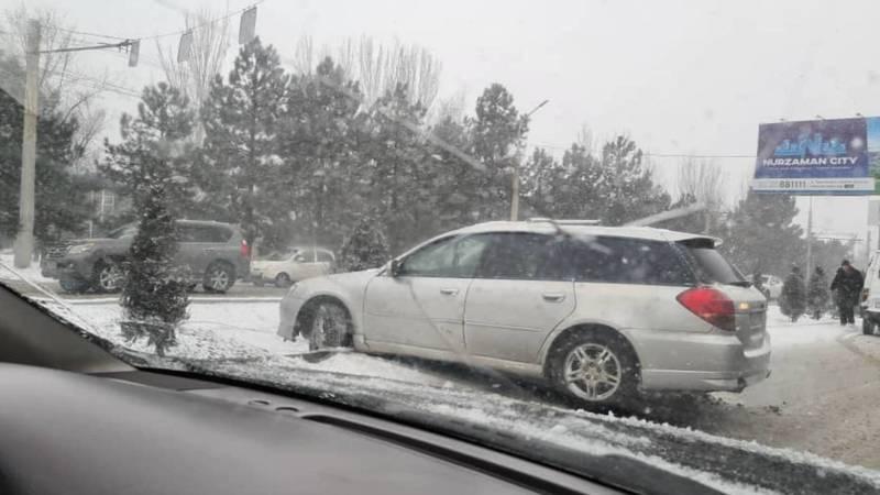 На Южной магистрали из-за снега машину занесло и она съехала с дороги. Фото