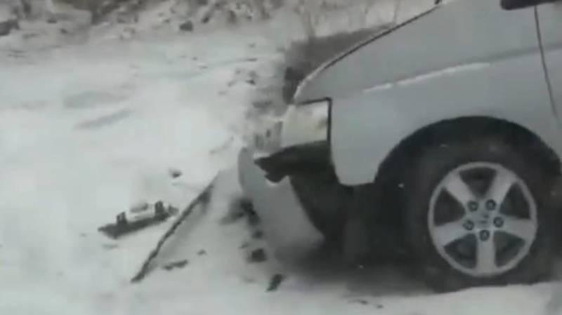 В Ошской области «Стэпвагон» слетел с дороги и врезался в бетон. Видео