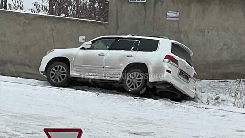 В жилмассиве Кок-Жар Lexus LX 570 слетел с дороги