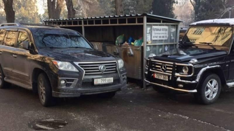 Lexus LХ 570 и «гелик» закрыли проход к мусорным бакам. Фото