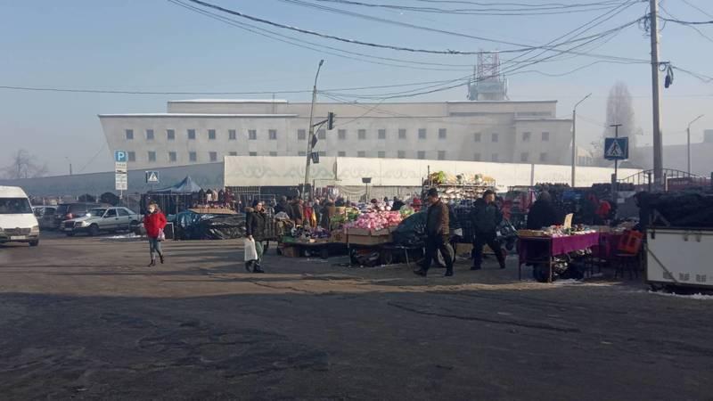После рейдов на Ошском рынке снова появляются стихийные торговцы, - горожанин