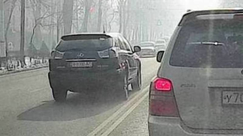 Lexus RX 400 проехал по встречке по Айтматова. Видео