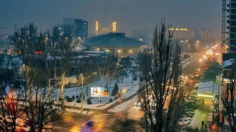Невероятно красивая луна над столицей в объективе бишкекчанки Алены