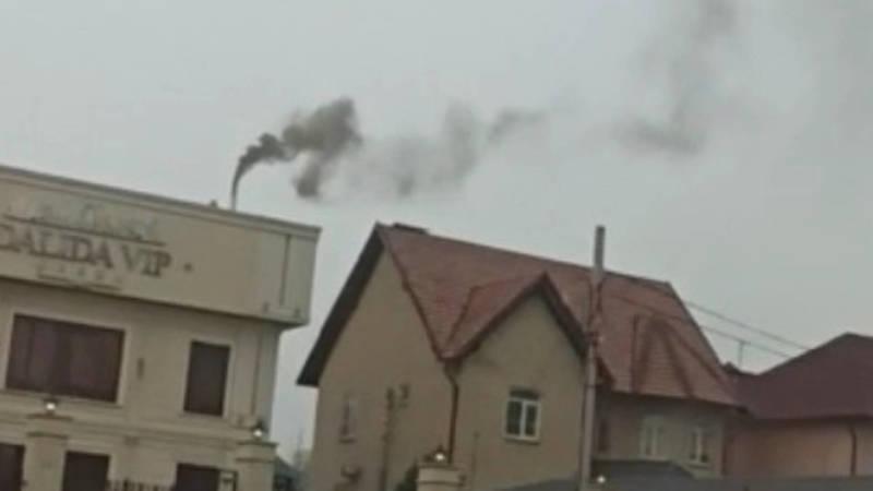 Из трубы заведения Dalida VIP идет черный дым. Видео
