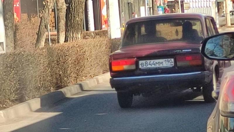«Жигули» с российским госномером едет по встречке на Московской