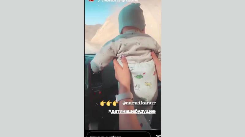 Женщина подвергает младенца опасности, держа на руках на переднем сидении. Видео