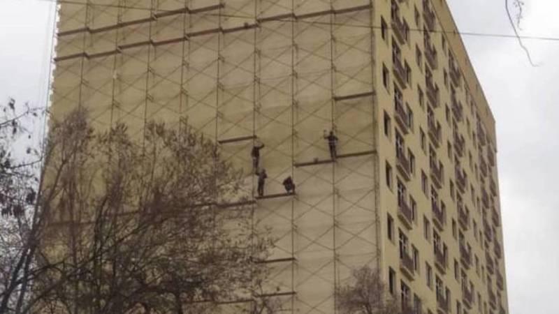 На ул.Абая строители работают без страховки. Фото и видео