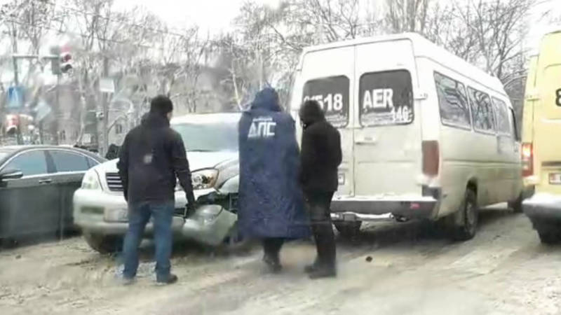 На Байтик Баатыра столкнулись Lexus GX 470 и маршрутка №146. Видео