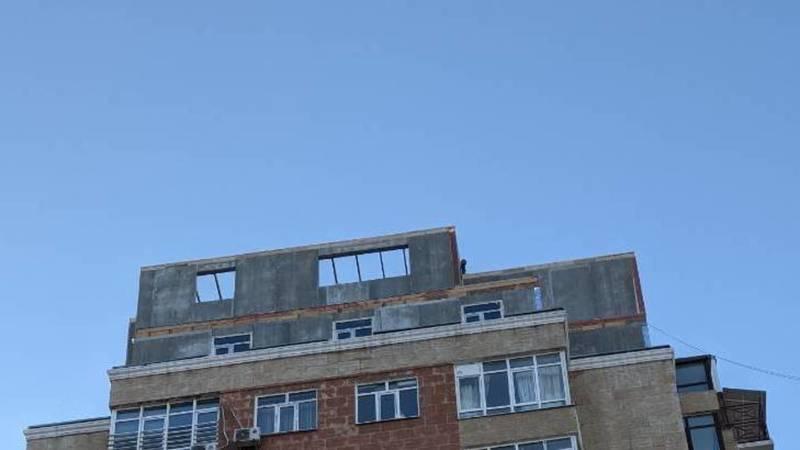 Законно ли на крыше дома в 12 мкр делают надстройку? Фото горожанина