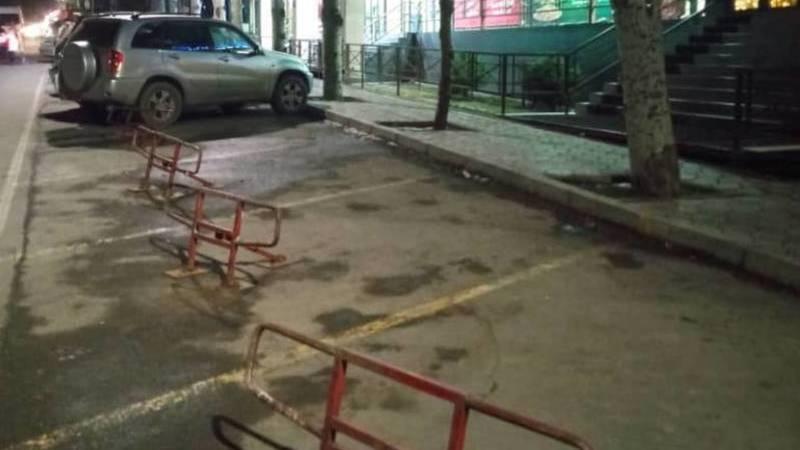 Законно ли в Асанбае установили ограничители парковки? Фото горожанина