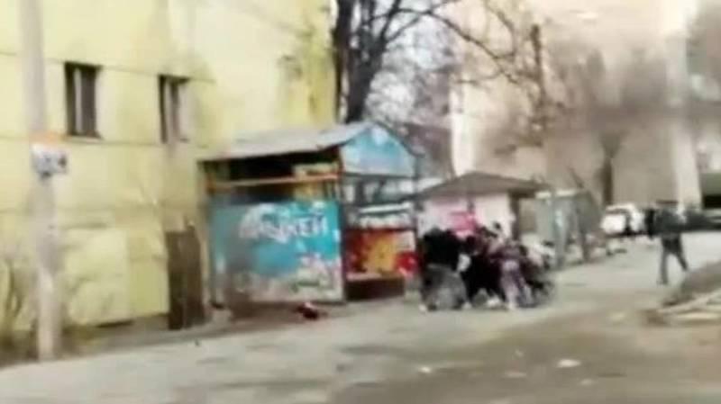 Массовая драка девочек возле «Шлагбаума». Видео
