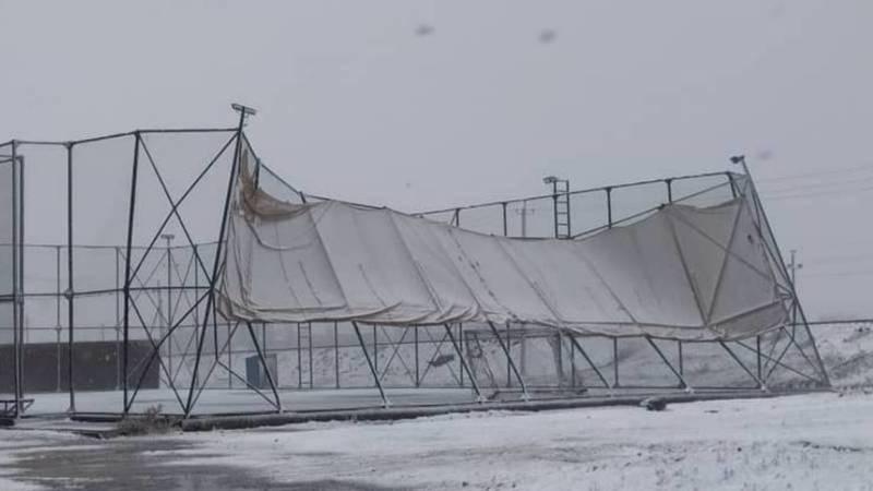 В Беловодске ограждение мини-футбольного поля сломалось из-за ветра. Фото местного жителя