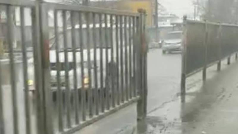 Зачем открыли проходы в неположенном месте в разделительном ограждении посреди трассы на Дэн Сяопина? Видео горожанина