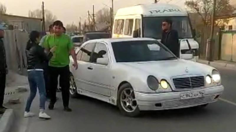 «Он врет, я не его жена». Мужчина пытался насильно посадить девушку в машину. Видео