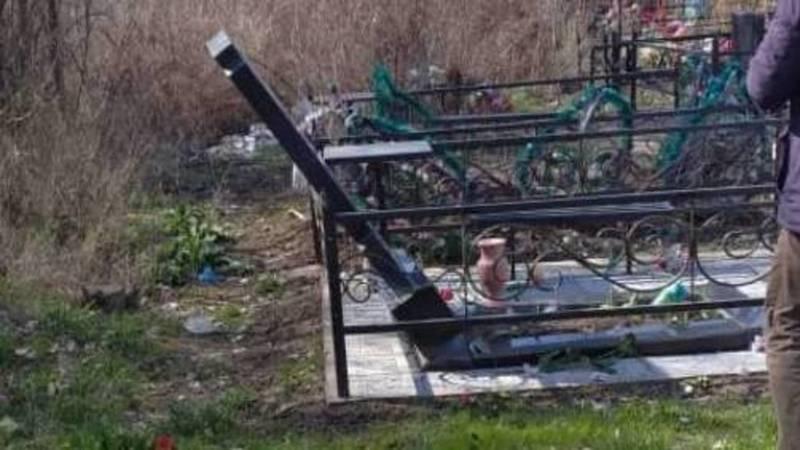 «Вандализм». В Московском районе разрушили памятники на христианском кладбище. Видео