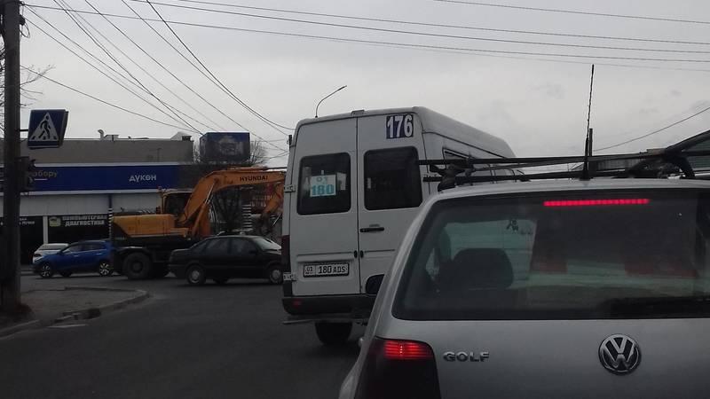 Маршрутка №176 выехала на встречку на Садырбаева. Фото