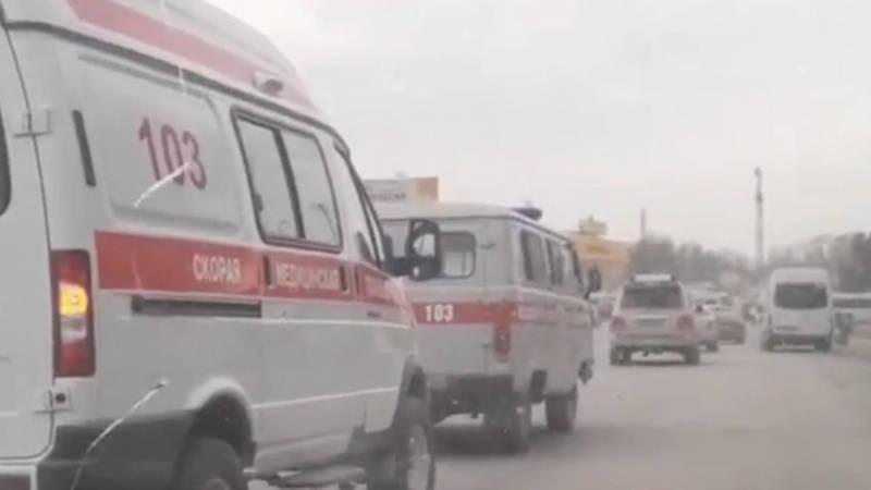 Старая машина скорой помощи тащит на буксире новую. Видео