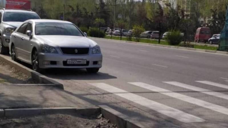 Автомобиль с абхазским госномером припаркован перед зеброй. Фото горожанина