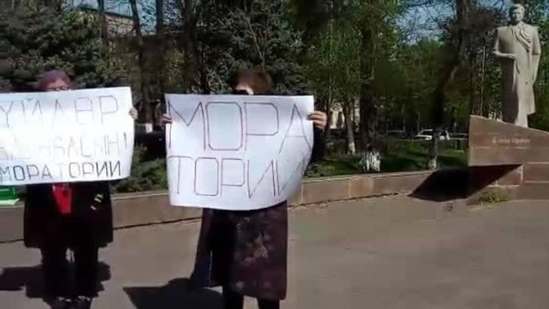 Возле дома правительства митингует группа граждан. Они просят пролонгации кредитов. Видео
