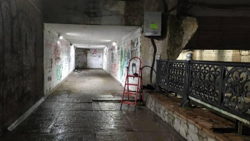 Мэрия закрыла электрощиток в подземке на Манаса. Фото