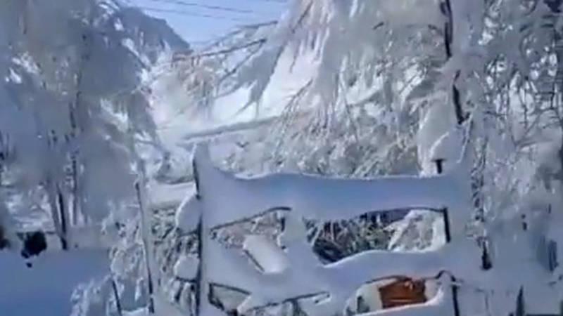В Казармане выпал снег высотой почти полметра. Видео и фото местного жителя